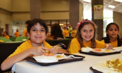 Summer kids eat lunch - Flickr - USDAgov